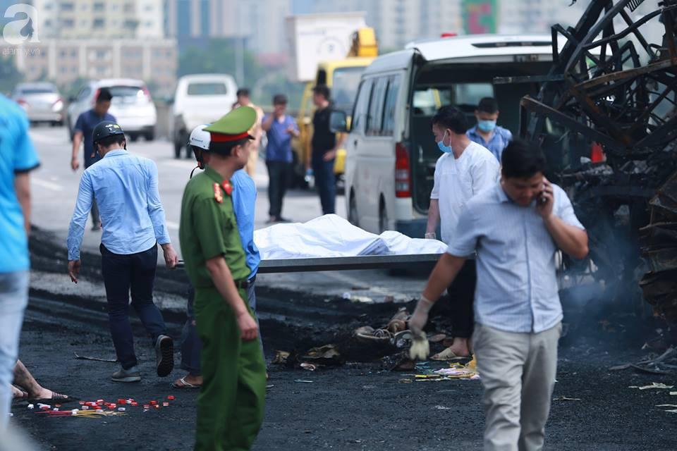 Người nhà khóc ngất đón thi thể người phụ nữ mang bầu 6 tháng tử vong trong vụ cháy xe khách ở Hà Nội - Ảnh 10.