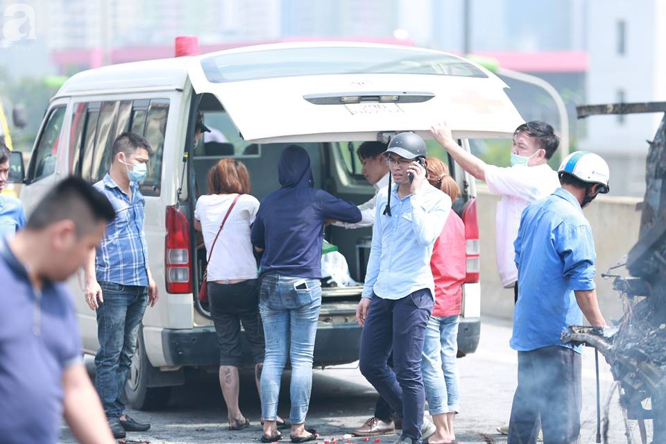 Người nhà khóc ngất đón thi thể người phụ nữ mang bầu 6 tháng tử vong trong vụ cháy xe khách ở Hà Nội - Ảnh 9.
