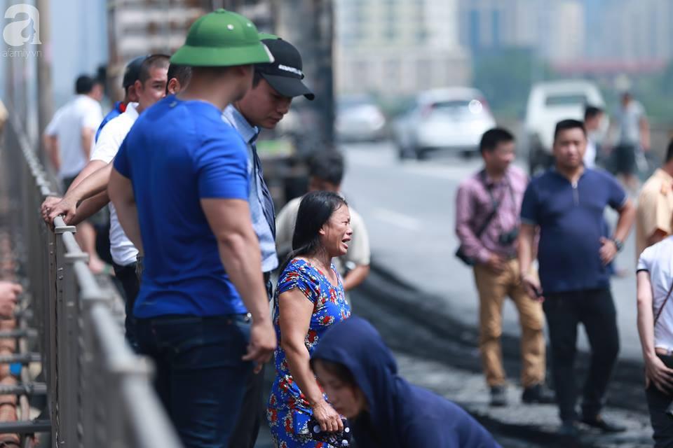 Người nhà khóc ngất đón thi thể người phụ nữ mang bầu 6 tháng tử vong trong vụ cháy xe khách ở Hà Nội - Ảnh 7.