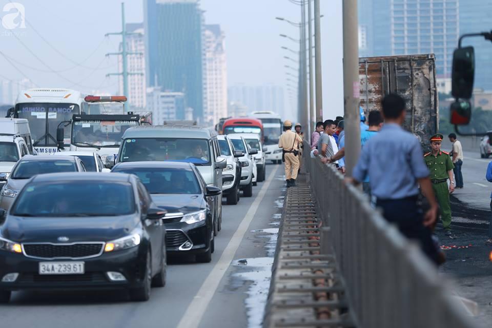 Người nhà khóc ngất đón thi thể người phụ nữ mang bầu 6 tháng tử vong trong vụ cháy xe khách ở Hà Nội - Ảnh 11.