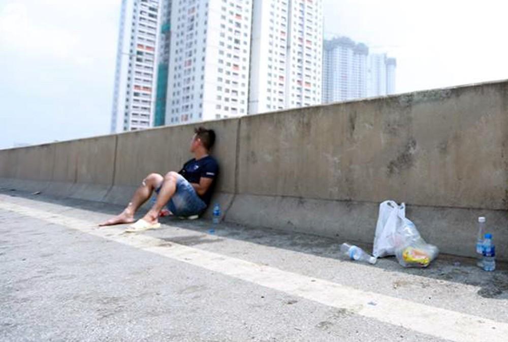 Người nhà khóc ngất đón thi thể người phụ nữ mang bầu 6 tháng tử vong trong vụ cháy xe khách ở Hà Nội - Ảnh 5.