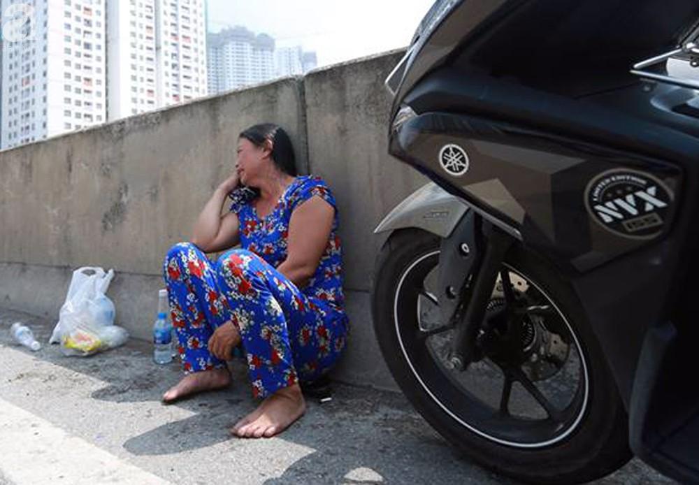 Người nhà khóc ngất đón thi thể người phụ nữ mang bầu 6 tháng tử vong trong vụ cháy xe khách ở Hà Nội - Ảnh 6.
