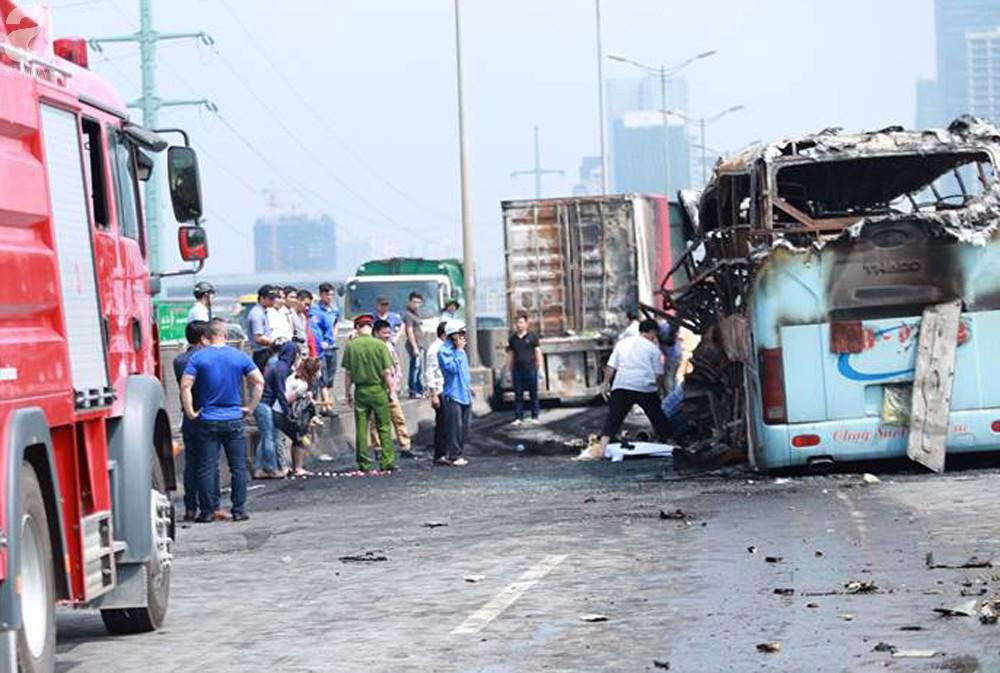 Người nhà khóc ngất đón thi thể người phụ nữ mang bầu 6 tháng tử vong trong vụ cháy xe khách ở Hà Nội - Ảnh 8.