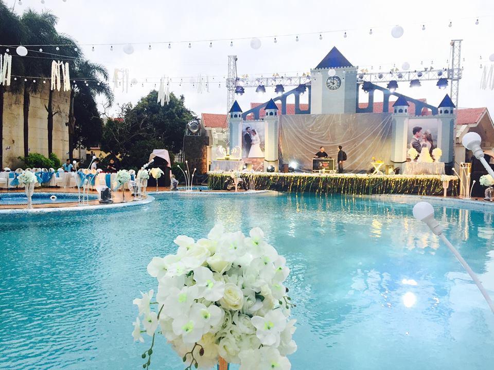 Lễ báo hỉ hoành tráng pool party ở Buôn Mê Thuột riêng tiền trang trí hết 200 triêu, 1.000 khách mời, sân khấu như lâu đài - Ảnh 13.