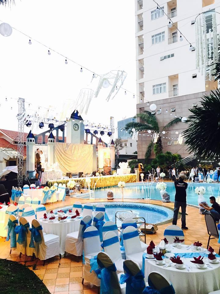 Lễ báo hỉ hoành tráng pool party ở Buôn Mê Thuột riêng tiền trang trí hết 200 triêu, 1.000 khách mời, sân khấu như lâu đài - Ảnh 1.