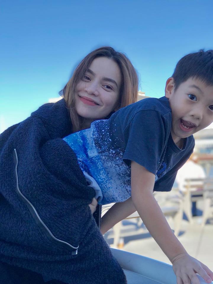 Tròn 1 năm ngày yêu Kim Lý, Hồ Ngọc Hà đăng ảnh bình yên bên con trai và tuyên bố chỉ cần thế thôi - Ảnh 2.