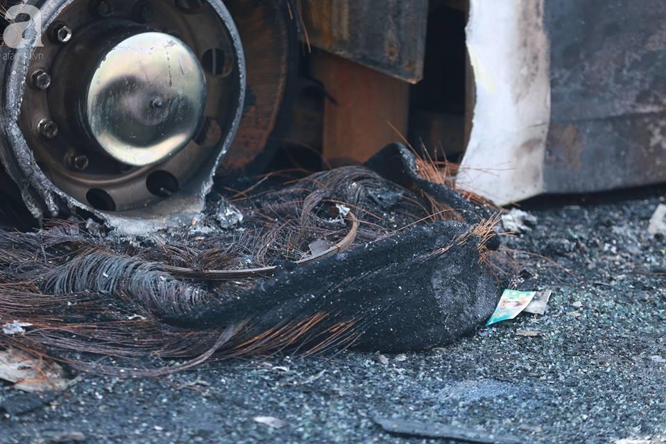 Người nhà khóc ngất đón thi thể người phụ nữ mang bầu 6 tháng tử vong trong vụ cháy xe khách ở Hà Nội - Ảnh 3.