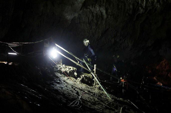 Sự cố khiến các thợ lặn cuối cùng suýt không thể ra khỏi hang sau khi giải cứu đội bóng Thái Lan - Ảnh 1.