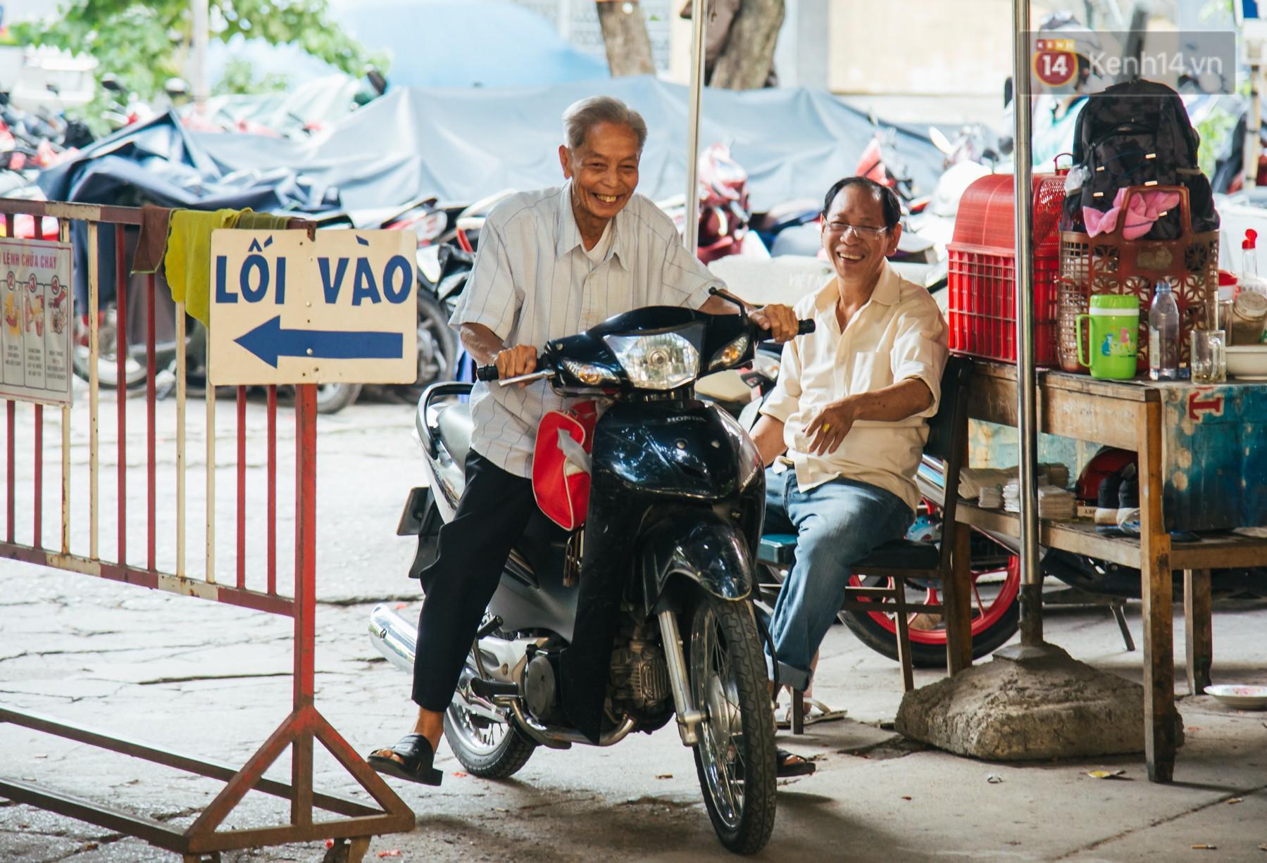 Chuyện ông cụ 77 tuổi ngồi ở thư viện Sài Gòn từ sáng đến tối mịt: Ăn cơm từ thiện, luyện học tiếng Anh - Ảnh 8.