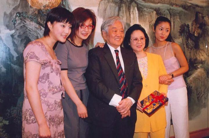 Sau 20 năm, loạt ảnh hậu trường cực hiếm của bộ phim kinh điển Hoàn Châu Cách Cách vẫn khiến khán giả vô cùng thích thú - Ảnh 4.