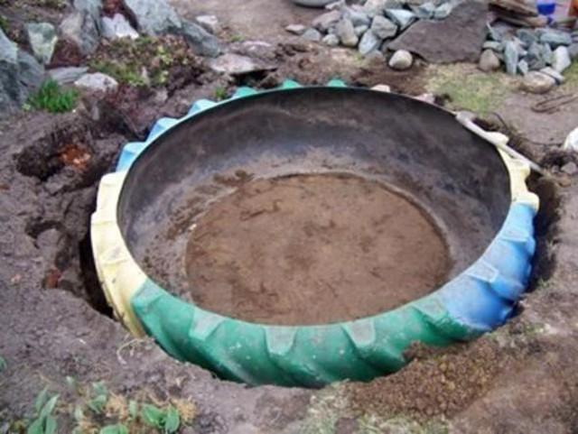 Ai cũng nghĩ lốp xe cũ chỉ có vứt đi nhưng người phụ nữ này đã biến chúng thành hồ nước xinh đẹp, nhìn là thích ngay - Ảnh 3.