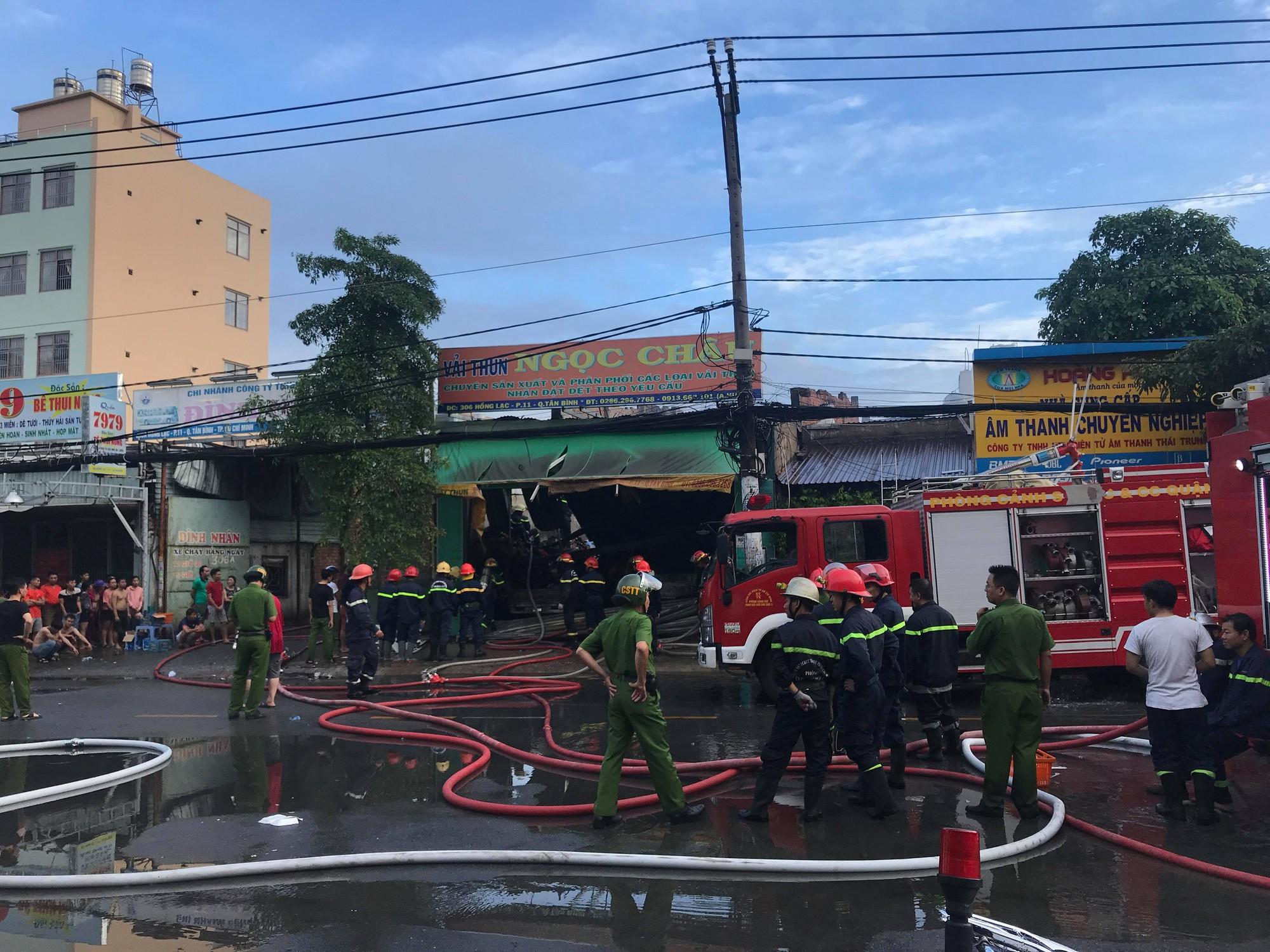 TP.HCM: Vừa đi ngủ sau khi xem World Cup, dân cư gần chợ Tân Bình hoảng hốt vì cháy lớn - Ảnh 2.