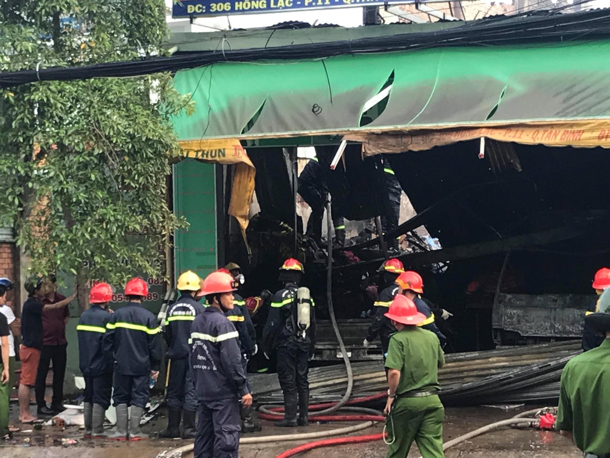 TP.HCM: Vừa đi ngủ sau khi xem World Cup, dân cư gần chợ Tân Bình hoảng hốt vì cháy lớn - Ảnh 1.
