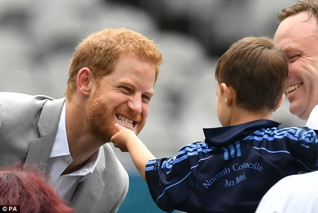 Em bé 3 tuổi gây sốt khi vỗ vai, nắm tóc, sờ má và hôn gió Công nương Meghan  - Ảnh 6.
