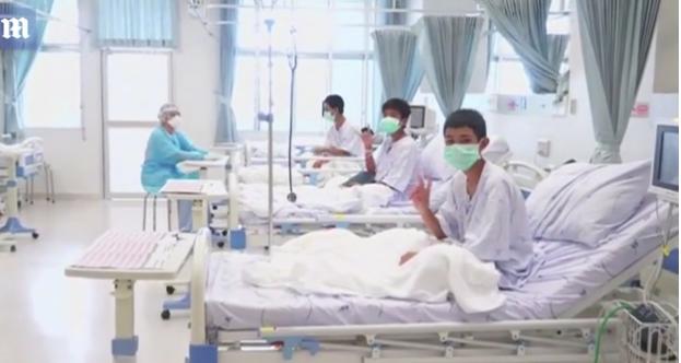 Tình hình 12 cầu thủ nhí: Mỉm cười, vẫy tay từ giường bệnh, cha mẹ đứng ngoài bật khóc vì hạnh phúc - Ảnh 2.