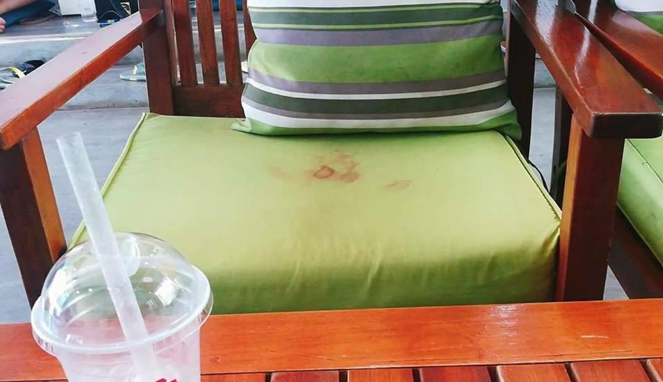 Khách nữ ra về để lại vệt to đùng màu đỏ trên nệm ghế, nhân viên quán cafe đỏ mặt không biết lau kiểu gì - Ảnh 2.