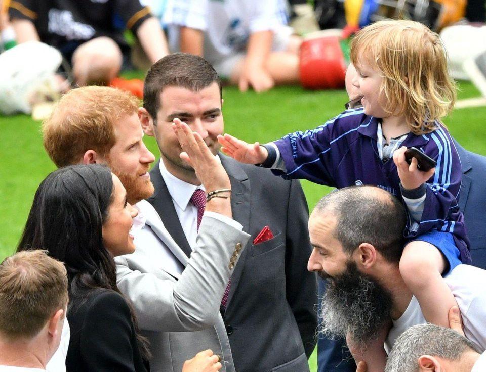 Em bé 3 tuổi gây sốt khi vỗ vai, nắm tóc, sờ má và hôn gió Công nương Meghan  - Ảnh 5.