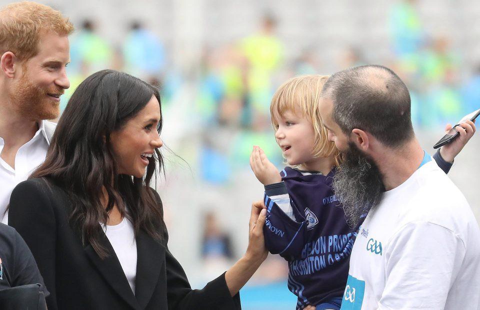 Em bé 3 tuổi gây sốt khi vỗ vai, nắm tóc, sờ má và hôn gió Công nương Meghan  - Ảnh 4.