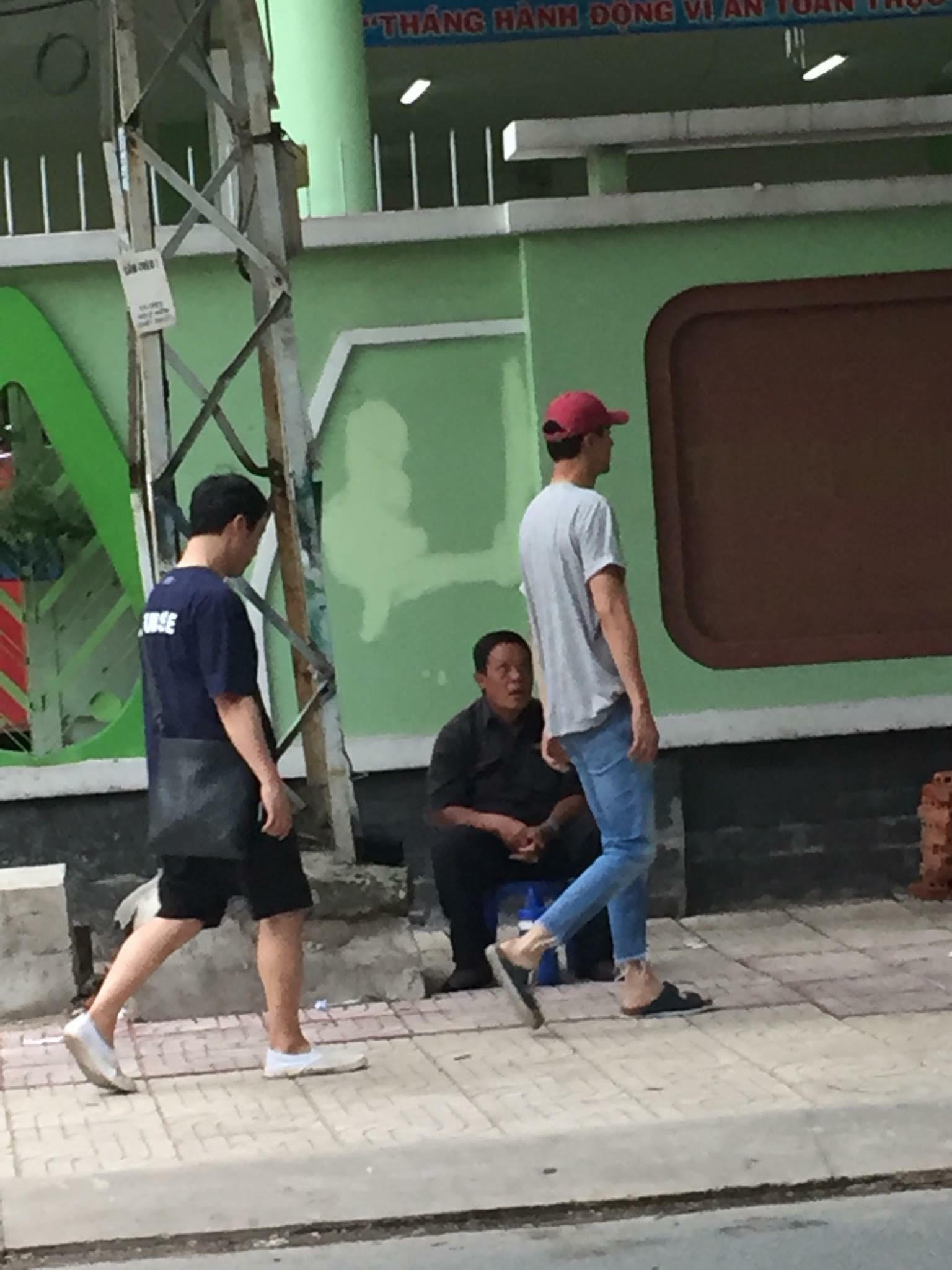 Tài tử Jo In Sung dạo phố Việt Nam: Đi dép lào, dáng đứng bến tre nhưng vẫn khiến fan vỡ tim vì ngoại hình - Ảnh 2.
