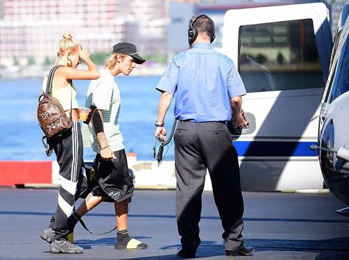 Justin Bieber đi trực thăng về ra mắt nhà vợ, gấp rút chuẩn bị cho hôn lễ  - Ảnh 1.