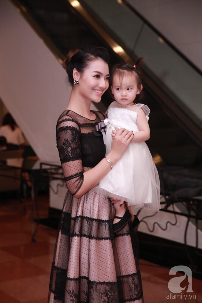 Người mẫu Hồng Quế: Bác sĩ dặn không khóc mà vẫn rơi nước mắt khi lần đầu thấy con, bước đi đầu tiên sau sinh là mẹ đẻ dìu dắt - Ảnh 1.