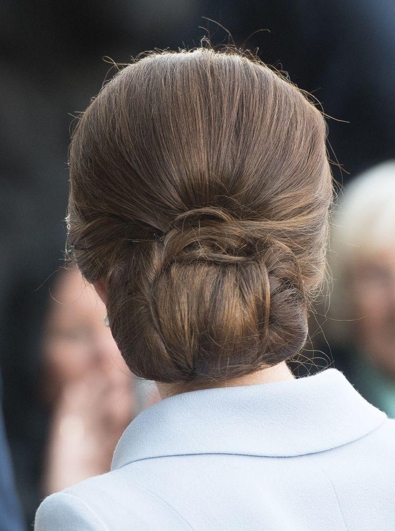 Chỉ một chi tiết vô cùng nhỏ trên mái tóc thôi cũng đủ thấy Công nương Kate tinh ý đến mức nào - Ảnh 4.