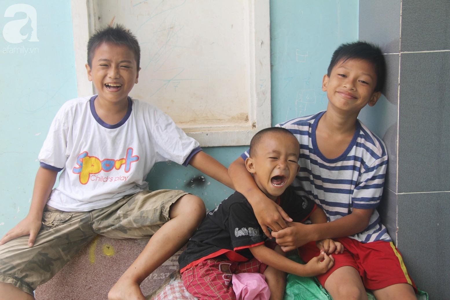 Phép màu đến với 8 đứa trẻ sống nheo nhóc bên bà ngoại già bại liệt: Tụi con ăn cơm với cá thịt và sắp được đến trường - Ảnh 10.
