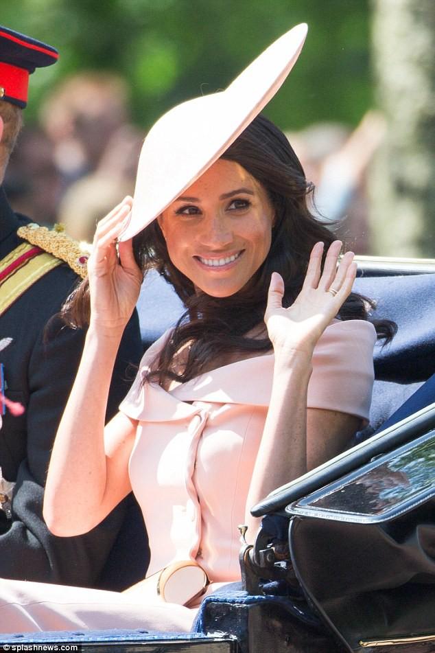 Meghan Markle lại bị chỉ trích khi tiền trang phục trong 2 tháng của cô còn nhiều hơn tủ quần áo cả năm của Kate Middleton - Ảnh 2.