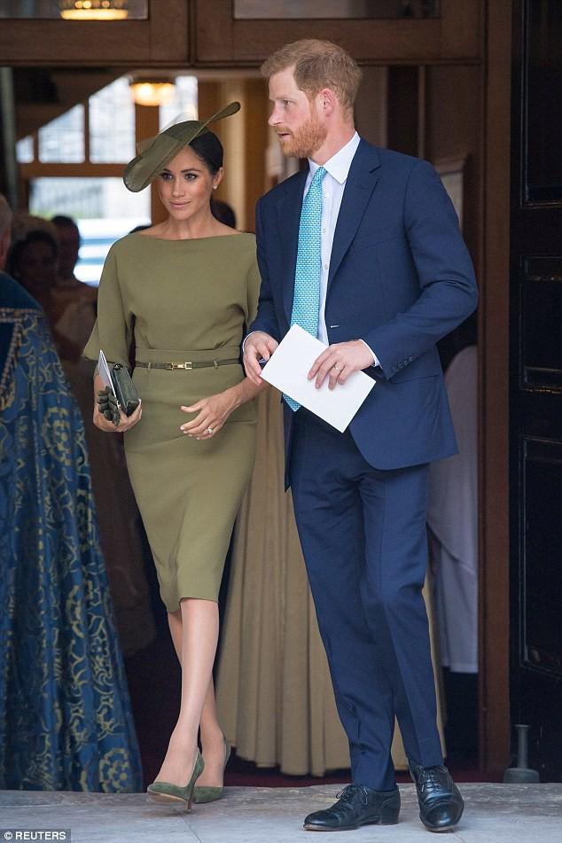 Meghan Markle lại bị chỉ trích khi tiền trang phục trong 2 tháng của cô còn nhiều hơn tủ quần áo cả năm của Kate Middleton - Ảnh 10.