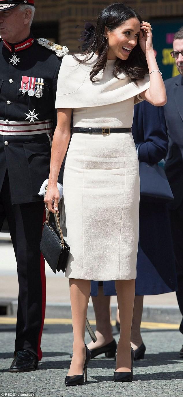 Meghan Markle lại bị chỉ trích khi tiền trang phục trong 2 tháng của cô còn nhiều hơn tủ quần áo cả năm của Kate Middleton - Ảnh 3.