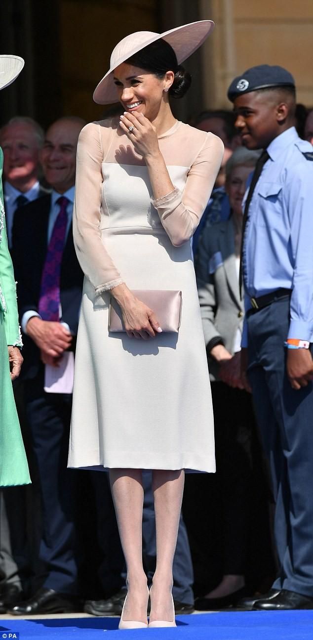 Meghan Markle lại bị chỉ trích khi tiền trang phục trong 2 tháng của cô còn nhiều hơn tủ quần áo cả năm của Kate Middleton - Ảnh 4.