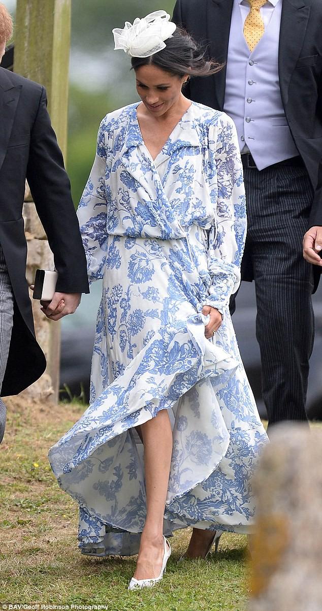 Meghan Markle lại bị chỉ trích khi tiền trang phục trong 2 tháng của cô còn nhiều hơn tủ quần áo cả năm của Kate Middleton - Ảnh 5.