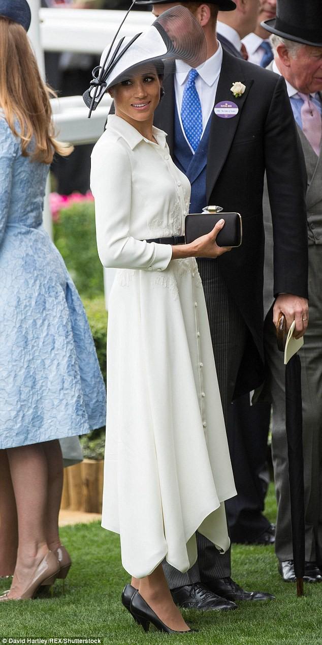 Meghan Markle lại bị chỉ trích khi tiền trang phục trong 2 tháng của cô còn nhiều hơn tủ quần áo cả năm của Kate Middleton - Ảnh 6.