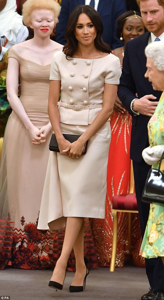 Meghan Markle lại bị chỉ trích khi tiền trang phục trong 2 tháng của cô còn nhiều hơn tủ quần áo cả năm của Kate Middleton - Ảnh 7.