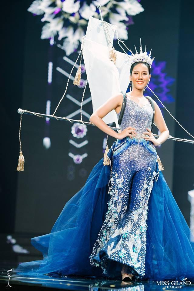 Miss Grand Thái 2018: được ăn cả, ngã vẫn ăn điểm khi mà các thí sinh toàn mặc đồ lồng lộn thế này - Ảnh 1.