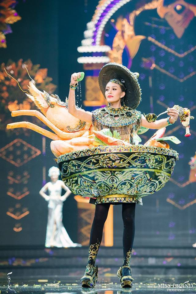 Miss Grand Thái 2018: được ăn cả, ngã vẫn ăn điểm khi mà các thí sinh toàn mặc đồ lồng lộn thế này - Ảnh 3.