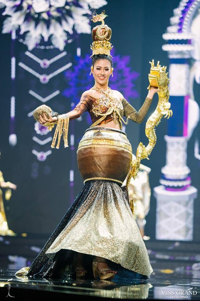 Miss Grand Thái 2018: được ăn cả, ngã vẫn ăn điểm khi mà các thí sinh toàn mặc đồ lồng lộn thế này - Ảnh 8.
