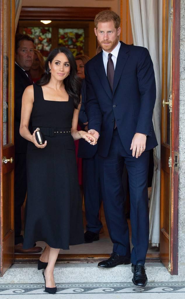 Meghan Markle lại bị chỉ trích khi tiền trang phục trong 2 tháng của cô còn nhiều hơn tủ quần áo cả năm của Kate Middleton - Ảnh 1.