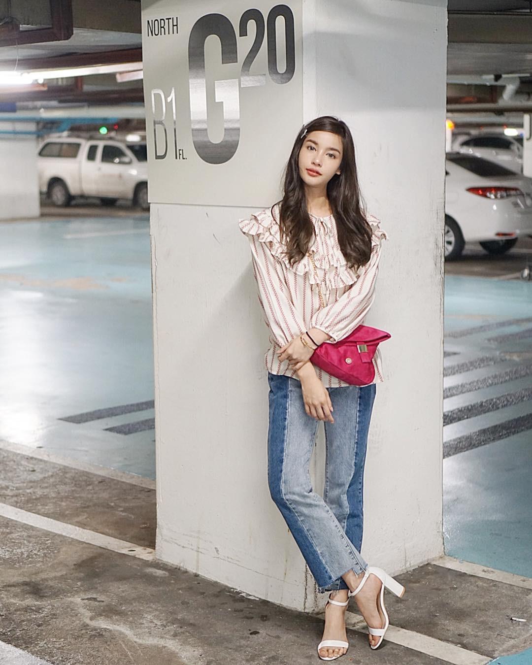Đừng nghĩ mặc jeans là không điệu được, cứ nhìn các nàng blogger lên đồ cực xinh qua 15 set đồ này sẽ biết ngay - Ảnh 2.