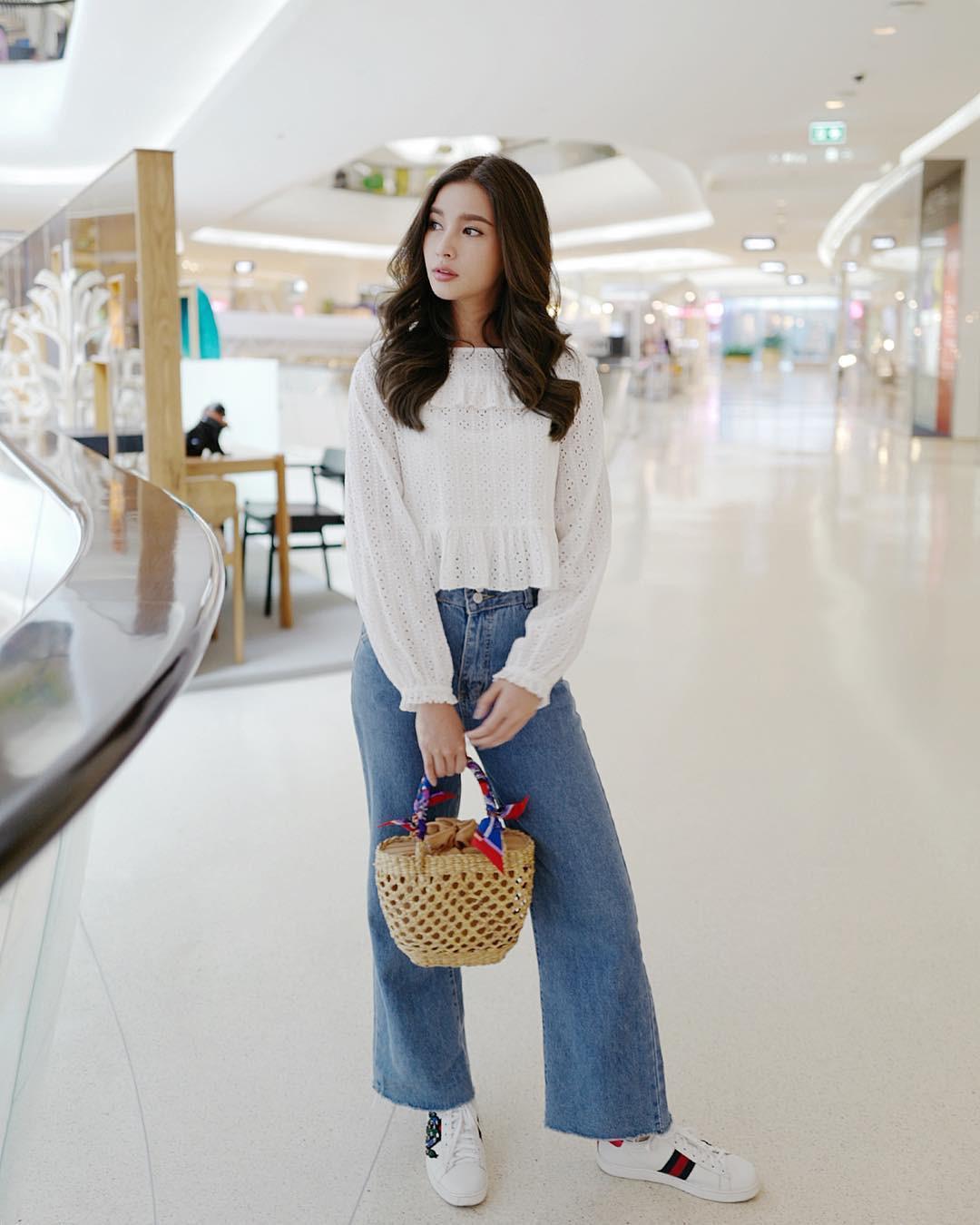 Đừng nghĩ mặc jeans là không điệu được, cứ nhìn các nàng blogger lên đồ cực xinh qua 15 set đồ này sẽ biết ngay - Ảnh 4.