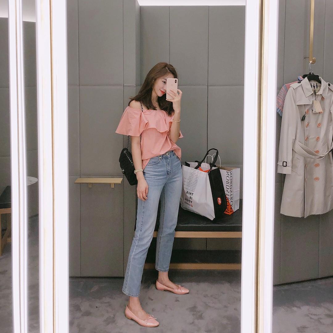 Đừng nghĩ mặc jeans là không điệu được, cứ nhìn các nàng blogger lên đồ cực xinh qua 15 set đồ này sẽ biết ngay - Ảnh 10.