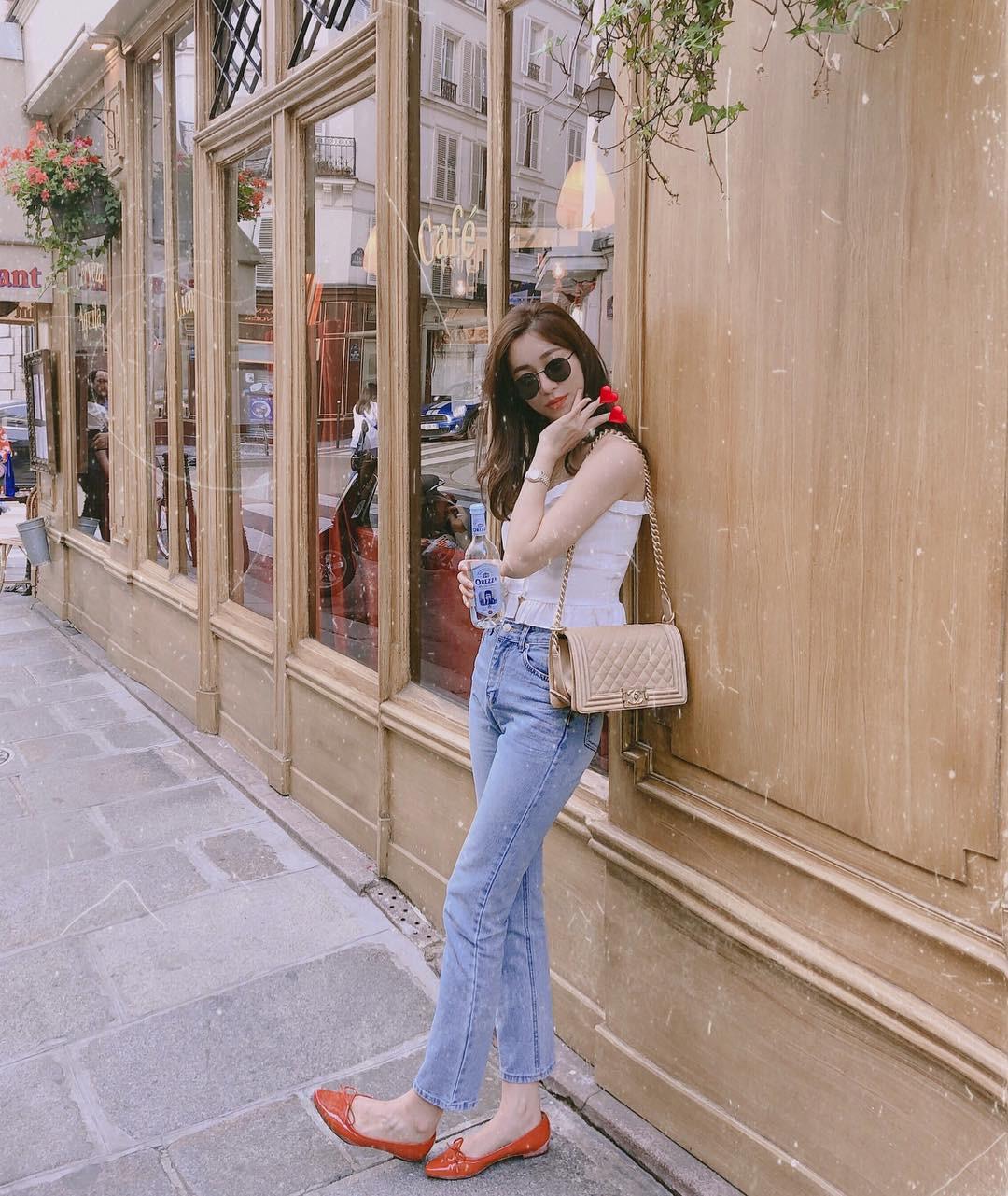 Đừng nghĩ mặc jeans là không điệu được, cứ nhìn các nàng blogger lên đồ cực xinh qua 15 set đồ này sẽ biết ngay - Ảnh 9.