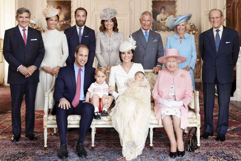 Meghan Markle bị cho là thích chơi trội khi diện váy lệch tông hoàn toàn so với Kate Middleton và mẹ chồng trong ảnh tập thể - Ảnh 6.