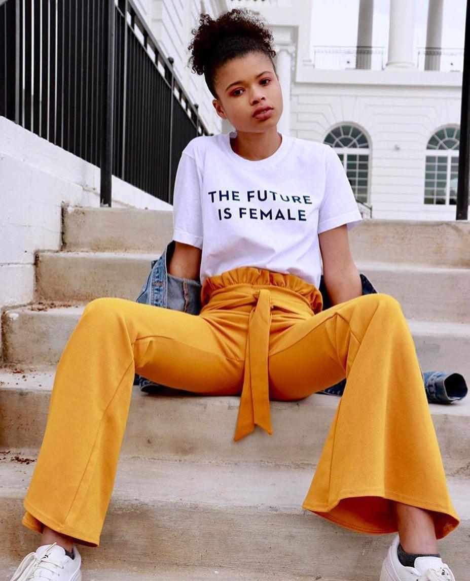 """Ít nhất một lần, hãy diện chiếc áo phông mang thông điệp """"nữ quyền"""" không chỉ đẹp mà còn tràn đầy cảm hứng này - Ảnh 2."""