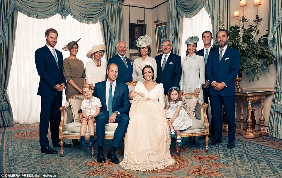 Công bố ảnh chính thức lễ rửa tội Hoàng tử Louis: Gia đình William - Kate hạnh phúc rạng ngời, nhà ngoại đẹp lấn át thông gia bên nội - Ảnh 5.