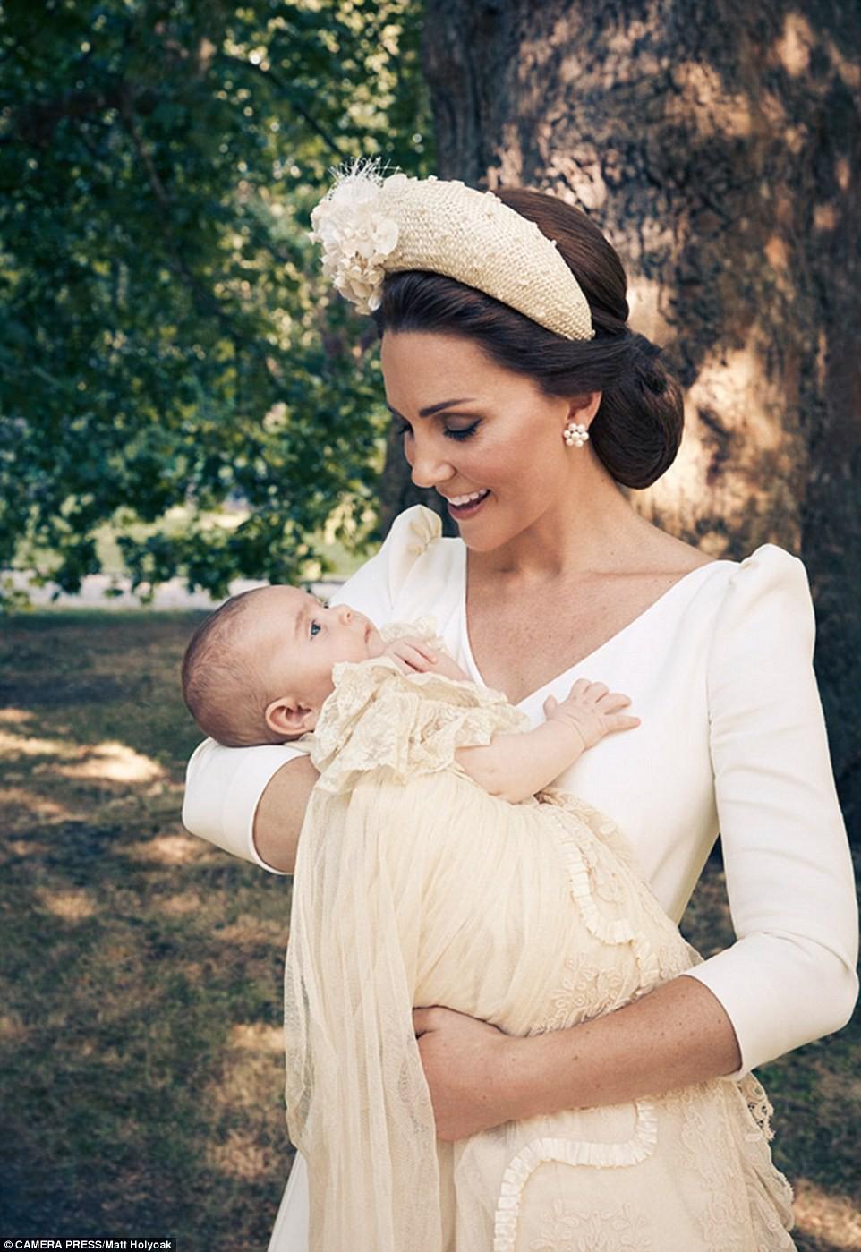 Công bố ảnh chính thức lễ rửa tội Hoàng tử Louis: Gia đình William - Kate hạnh phúc rạng ngời, nhà ngoại đẹp lấn át thông gia bên nội - Ảnh 2.