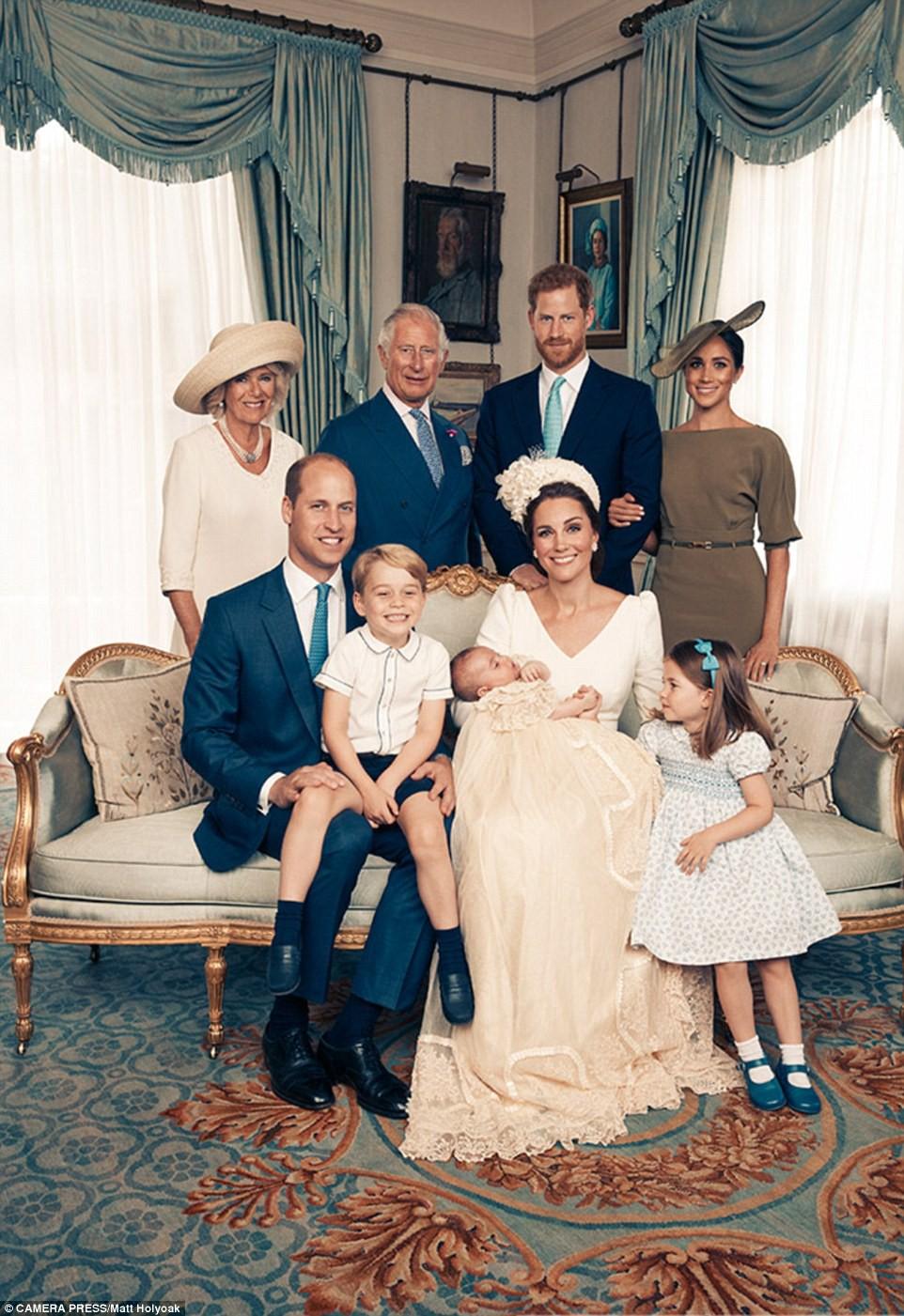 Meghan Markle bị cho là thích chơi trội khi diện váy lệch tông hoàn toàn so với Kate Middleton và mẹ chồng trong ảnh tập thể - Ảnh 1.