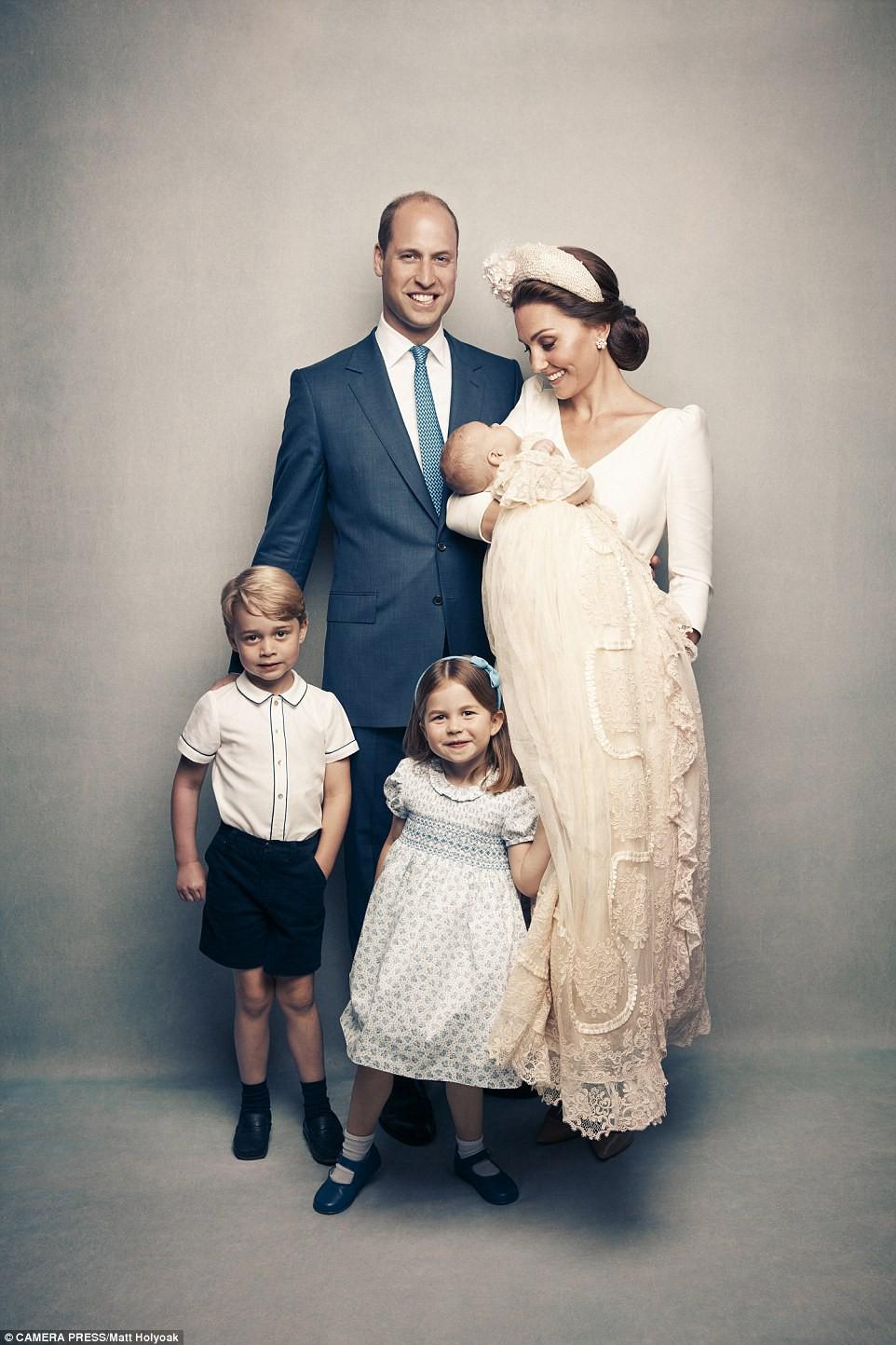 Công bố ảnh chính thức lễ rửa tội Hoàng tử Louis: Gia đình William - Kate hạnh phúc rạng ngời, nhà ngoại đẹp lấn át thông gia bên nội - Ảnh 3.