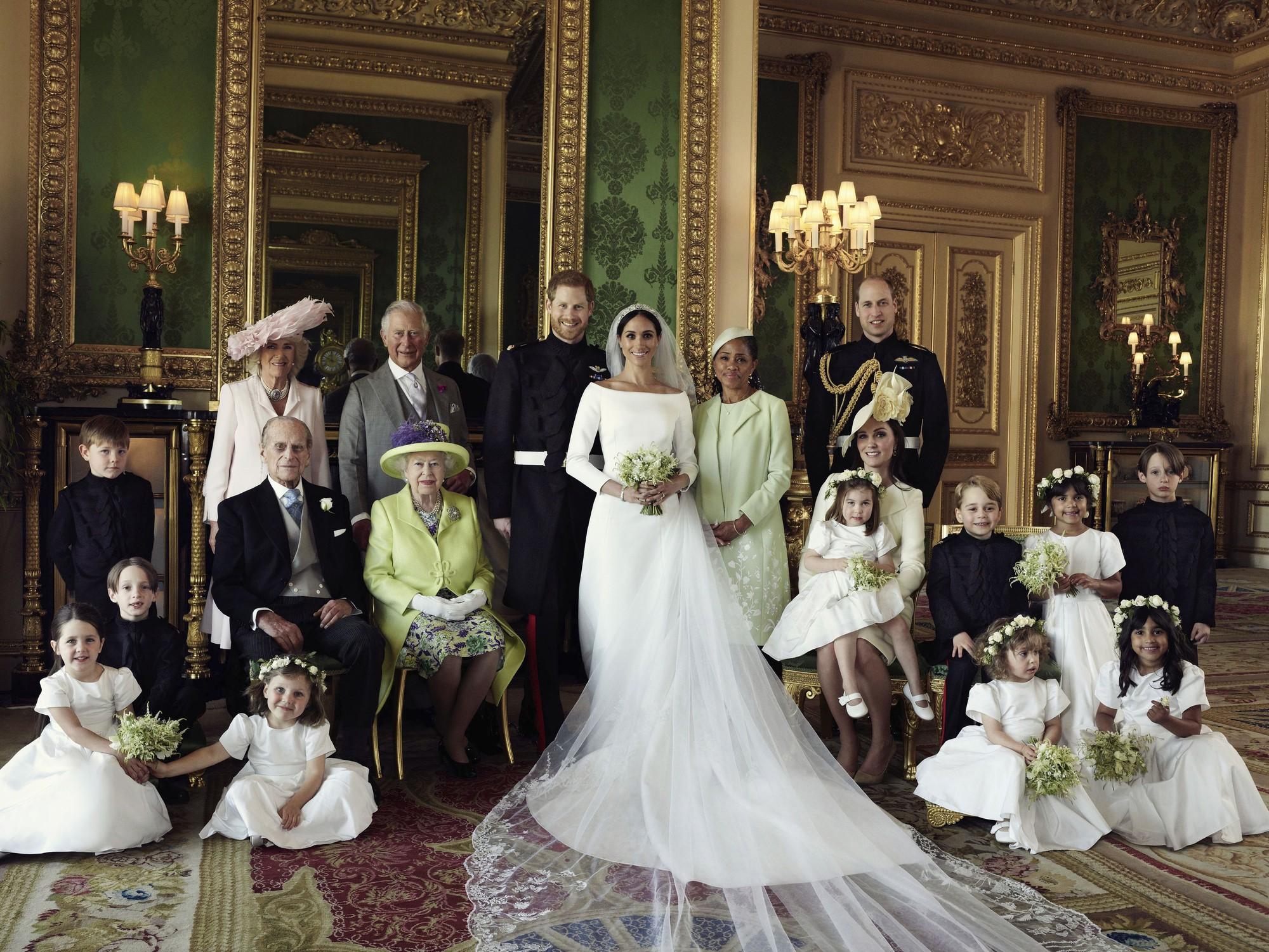 Meghan Markle bị cho là thích chơi trội khi diện váy lệch tông hoàn toàn so với Kate Middleton và mẹ chồng trong ảnh tập thể - Ảnh 7.