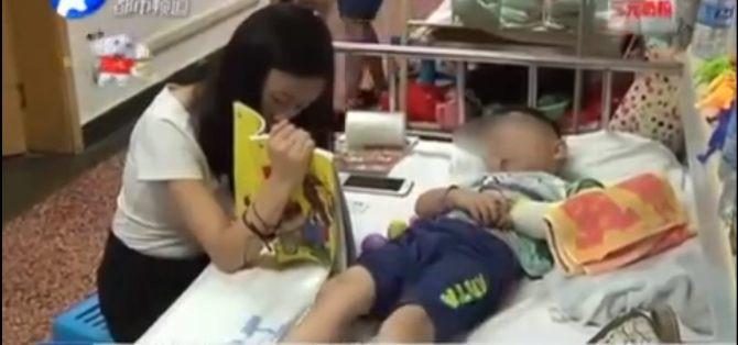 Chơi cầu trượt, bé trai đạp thẳng vào ngực bạn làm gãy tay nhưng cách ứng xử của người mẹ còn gây phẫn nộ hơn - Ảnh 2.